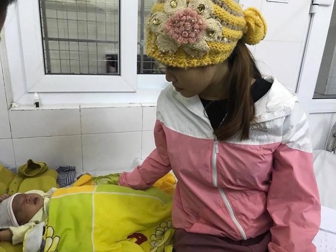 Bé gái 16 ngày tuổi loét thủng giác mạc hai mắt vì người nhà nhỏ sữa mẹ vào mắt - Ảnh 1.