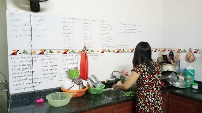 Con gái khoe người mẹ hiếu học nhất hệ mặt trời, dùng cả tường bếp làm bảng ghi từ mới, cấu trúc tiếng Anh - Ảnh 1.