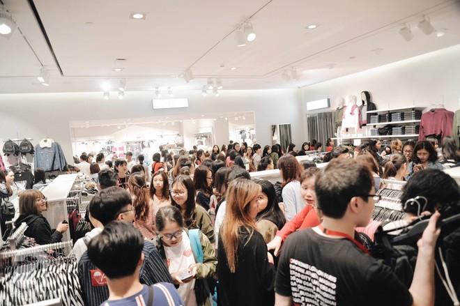 TRỰC TIẾP: Vừa mở cửa 1 giờ, khách hàng đến mua sắm chật cứng cả store H&M  - Ảnh 25.