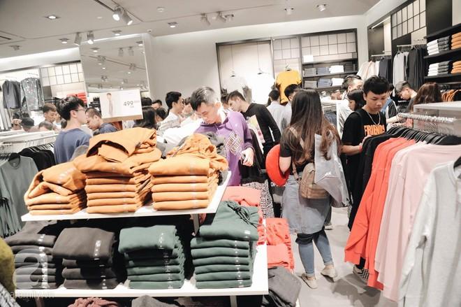 TRỰC TIẾP: Vừa mở cửa 1 giờ, khách hàng đến mua sắm chật cứng cả store H&M  - Ảnh 23.