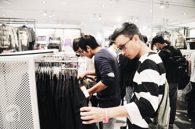 TRỰC TIẾP: Vừa mở cửa 1 giờ, khách hàng đến mua sắm chật cứng cả store H&M  - Ảnh 22.