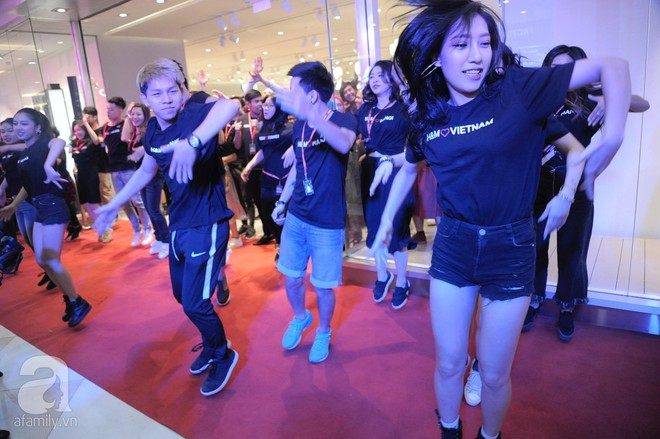TRỰC TIẾP: Vừa mở cửa 1 giờ, khách hàng đến mua sắm chật cứng cả store H&M  - Ảnh 15.
