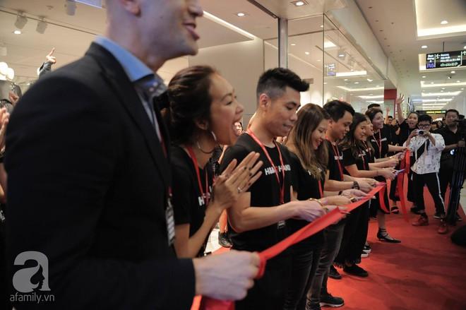 TRỰC TIẾP: Vừa mở cửa 1 giờ, khách hàng đến mua sắm chật cứng cả store H&M  - Ảnh 16.