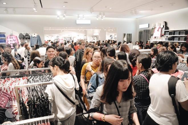TRỰC TIẾP: Vừa mở cửa 1 giờ, khách hàng đến mua sắm chật cứng cả store H&M  - Ảnh 26.