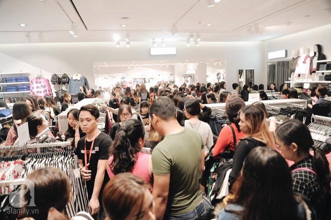 TRỰC TIẾP: Vừa mở cửa 1 giờ, khách hàng đến mua sắm chật cứng cả store H&M  - Ảnh 27.