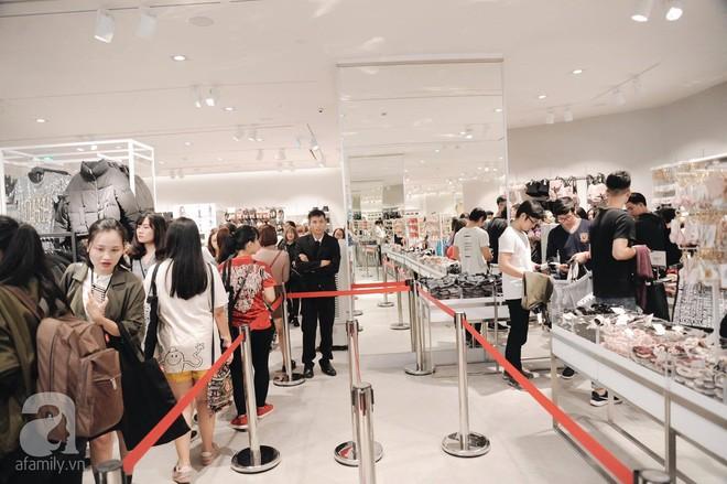 TRỰC TIẾP: Vừa mở cửa 1 giờ, khách hàng đến mua sắm chật cứng cả store H&M  - Ảnh 28.