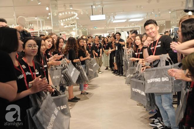 TRỰC TIẾP: Vừa mở cửa 1 giờ, khách hàng đến mua sắm chật cứng cả store H&M  - Ảnh 19.