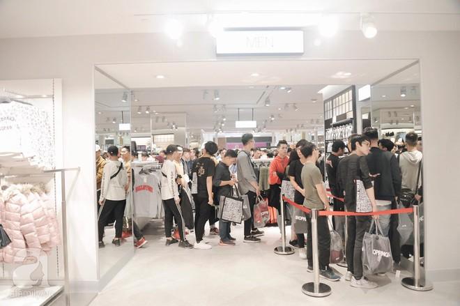 TRỰC TIẾP: Vừa mở cửa 1 giờ, khách hàng đến mua sắm chật cứng cả store H&M  - Ảnh 24.