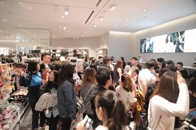 TRỰC TIẾP: Vừa mở cửa 1 giờ, khách hàng đến mua sắm chật cứng cả store H&M  - Ảnh 31.