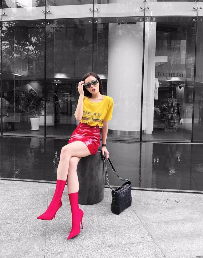 Street style tuần này: Angela Phương Trinh diện váy ôm già chát, Kỳ Duyên nổi bật vì dát hàng hiệu từ đầu tới chân - Ảnh 3.