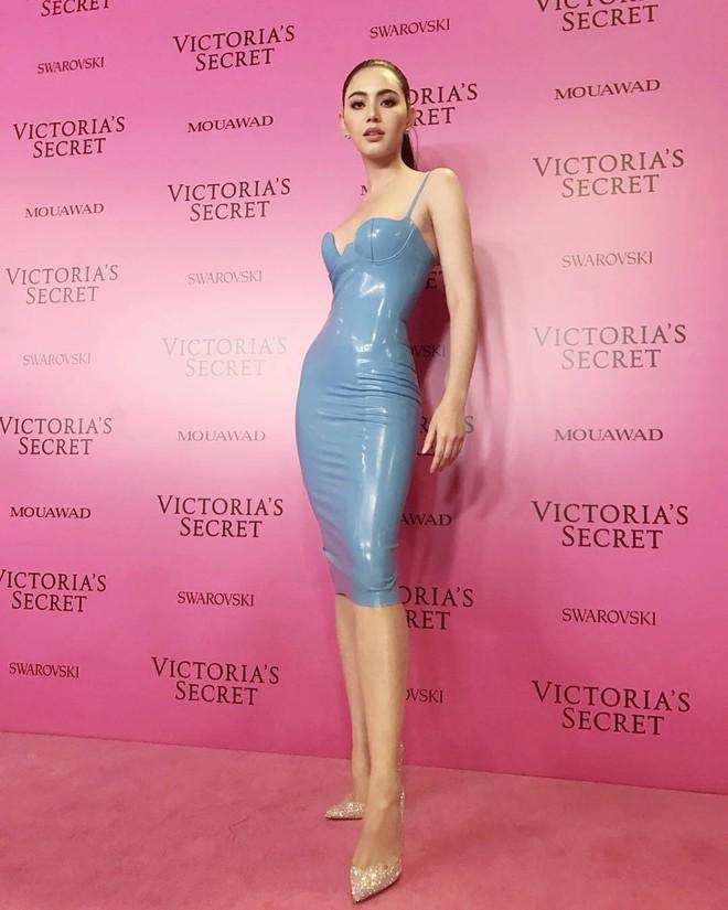 Mỹ nhân Tình người duyên ma khoe thân hình đồng hồ cát trên thảm hồng Victoria's Secret 2017 - Ảnh 1.