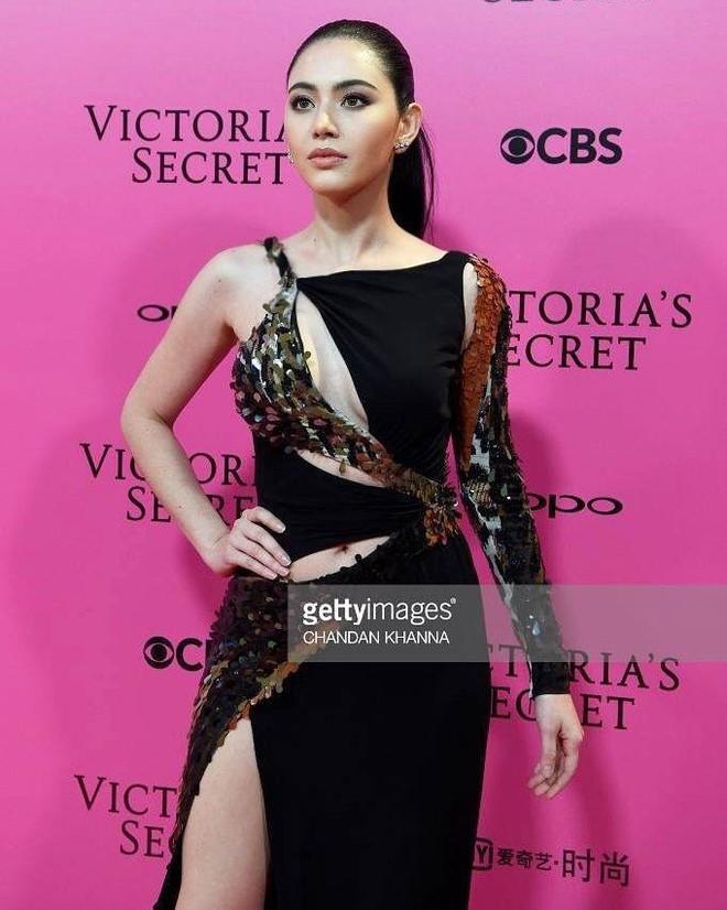 Mỹ nhân Tình người duyên ma khoe thân hình đồng hồ cát trên thảm hồng Victoria's Secret 2017 - Ảnh 2.