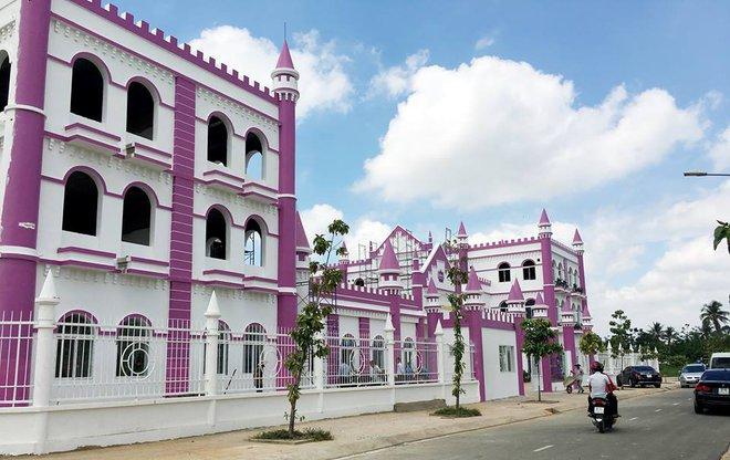 Choáng ngợp trước ngôi trường mầm non màu hồng tím trông như tòa lâu đài cổ tích - Ảnh 5.