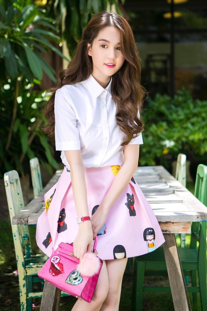 Mặc cùng kiểu váy với Kỳ Duyên, Ngọc Trinh không những kém sang mà còn tụt giảm phong độ vì... kiểu tóc - Ảnh 8.