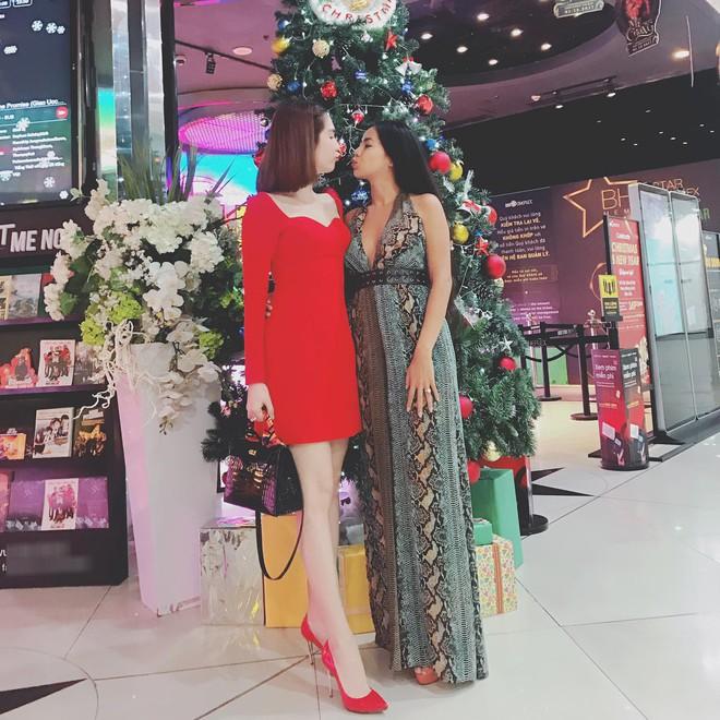 Mặc cùng kiểu váy với Kỳ Duyên, Ngọc Trinh không những kém sang mà còn tụt giảm phong độ vì... kiểu tóc - Ảnh 3.