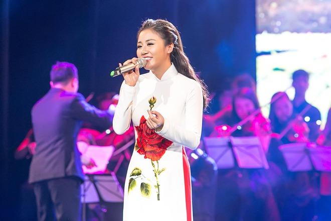 Tạm xa ghế nóng Idol Kids, Văn Mai Hương điệu đà với áo dài  - Ảnh 8.