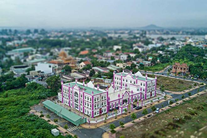 Choáng ngợp trước ngôi trường mầm non màu hồng tím trông như tòa lâu đài cổ tích - Ảnh 1.
