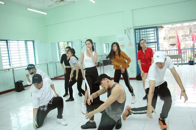 Bận rộn tập vũ đạo, Đông Nhi vội ăn trong phòng tập - Ảnh 2.
