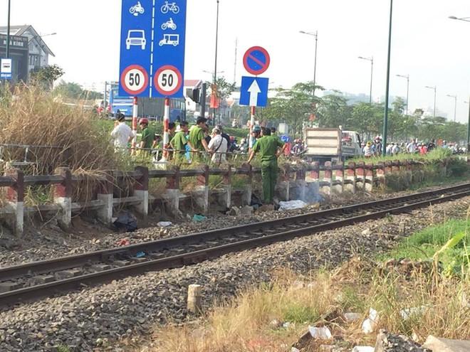 TP.HCM: Đang đứng sửa xe cùng chồng, người phụ nữ vội vàng trèo qua rào chắn, lao vào tàu lửa để tự tử - Ảnh 1.