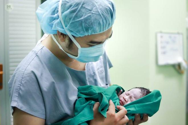 Ông bố bác sĩ tự tay ghi lại toàn bộ quá trình sinh mổ của vợ - Ảnh 21.