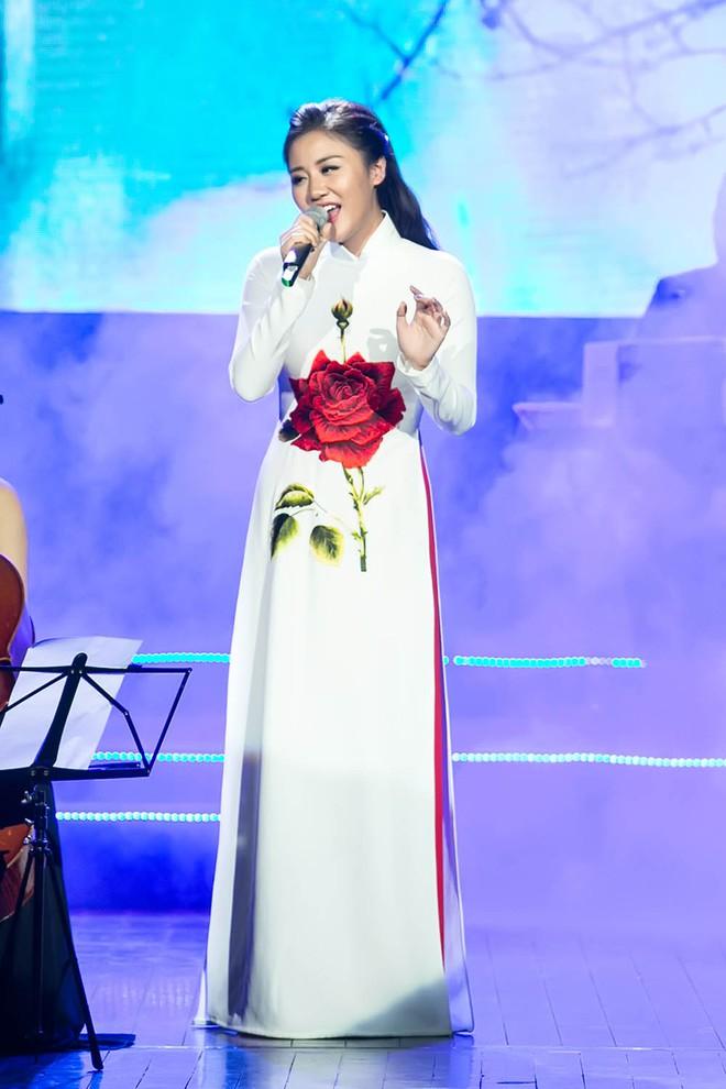 Tạm xa ghế nóng Idol Kids, Văn Mai Hương điệu đà với áo dài  - Ảnh 5.