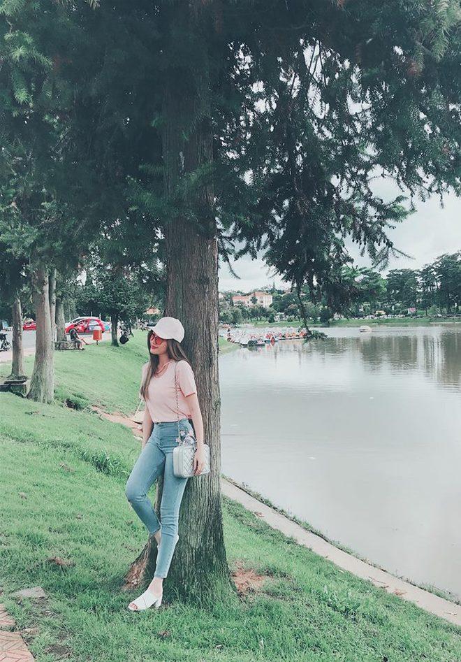 Street style sao Việt: Hoa hậu Thu Thảo diện dép tông giản dị để lộ vóc dáng gầy nhẳng sau khi cưới - Ảnh 17.