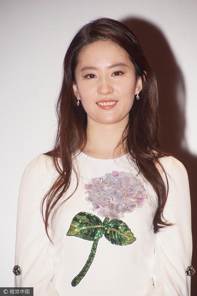 Lưu Diệc Phi diện váy trắng đơn giản, vô tình để lộ mặt kém thon gọn - Ảnh 3.
