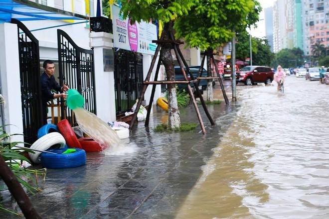 Ảnh hưởng của hoàn lưu bão số 2, Hà Nội mưa lớn, nhiều khu phố đã bị ngập - Ảnh 13.
