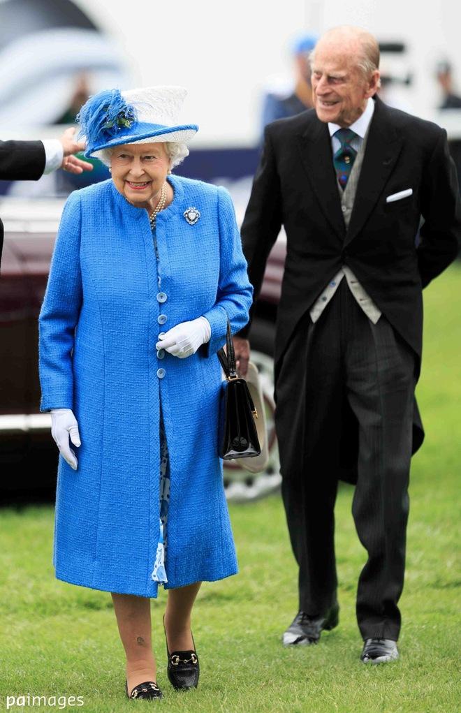 Những quy tắc hoàng gia nghiêm ngặt đằng sau trang phục chóe lọe của Nữ hoàng Anh - Ảnh 3.