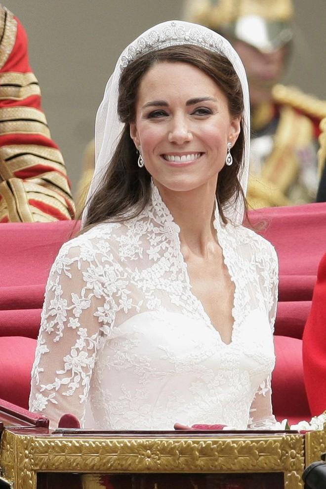 10 điều bí mật làm nên sức hút vượt trời gian của mẫu váy cưới mà Công nương Kate mặc  - Ảnh 5.