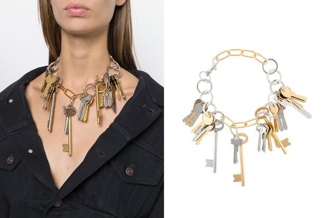 Tay xách làn đi chợ, cổ đeo vòng chìa khóa giờ mới là mốt sành điệu của giới thời trang  - Ảnh 3.