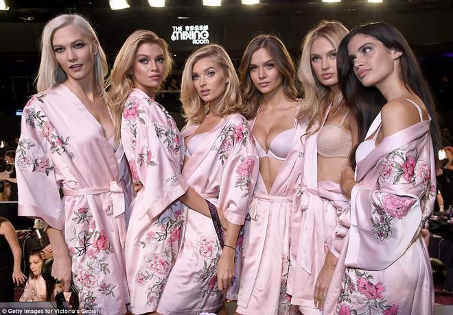 Tận tối mới diễn, nhưng giờ các thiên thần Victorias Secret đã bắt đầu trang điểm, làm tóc - Ảnh 9.