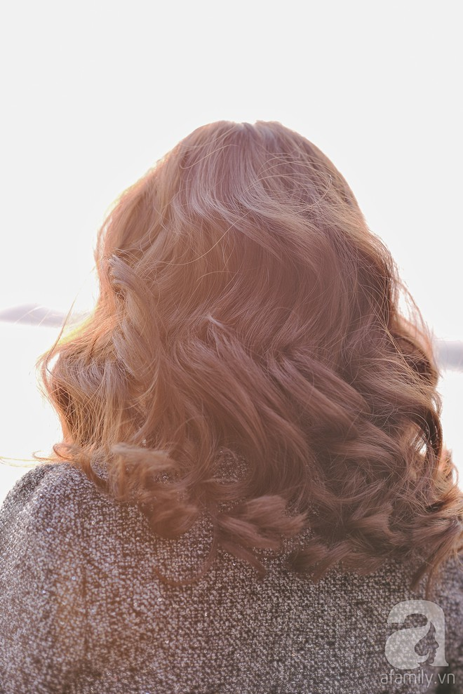 Tóc uốn xoăn cứ bồng bềnh dễ tạo kiểu như thế này, tóc thẳng dễ xẹp đọ sao được - Ảnh 4.