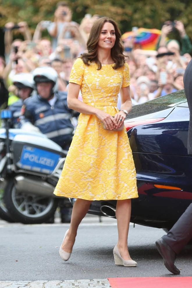 Tổng kết năm 2017, Công nương Kate đã chi khoảng 3.5 tỷ đồng mua sắm quần áo - Ảnh 11.