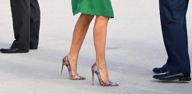 Loạt trang phục gây chú ý của bà Melania Trump: Bộ được khen nức nở, bộ lại bị chê không thương tiếc  - Ảnh 8.
