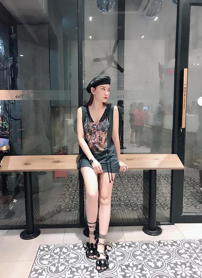 Thu Thủy khoe street style trẻ trung, Kỳ Duyên khác lạ với đôi chân nhìn như dài cả mét - Ảnh 1.
