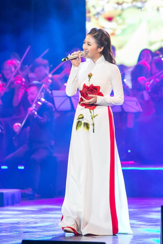 Tạm xa ghế nóng Idol Kids, Văn Mai Hương điệu đà với áo dài  - Ảnh 6.