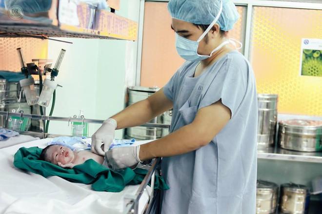 Ông bố bác sĩ tự tay ghi lại toàn bộ quá trình sinh mổ của vợ - Ảnh 19.