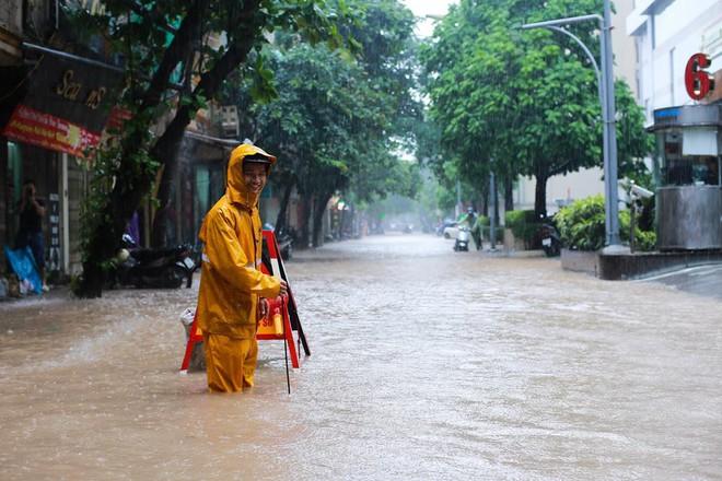 Ảnh hưởng của hoàn lưu bão số 2, Hà Nội mưa lớn, nhiều khu phố đã bị ngập - Ảnh 15.