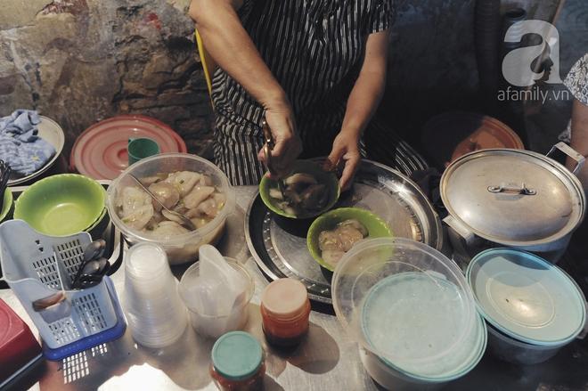 Quán bánh bột lọc 30 năm tuổi phố Ngọc Lâm, quán vỉa hè, mở hàng giờ dị mà vẫn nườm nượp khách - Ảnh 7.