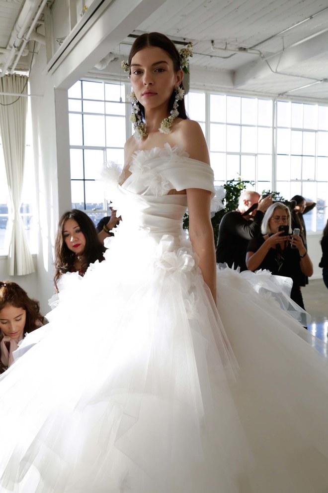 Muốn gây ấn tượng trong ngày trọng đại, các cô dâu đừng bỏ qua 7 mẫu váy này - Ảnh 17.