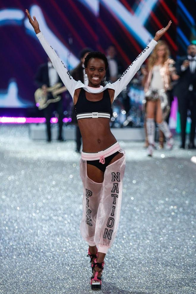 Victorias Secret công bố danh sách các chân dài sẽ sải bước trong show 2017 tới - Ảnh 25.