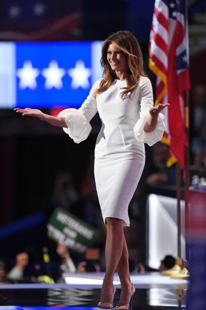 Loạt trang phục gây chú ý của bà Melania Trump: Bộ được khen nức nở, bộ lại bị chê không thương tiếc  - Ảnh 9.