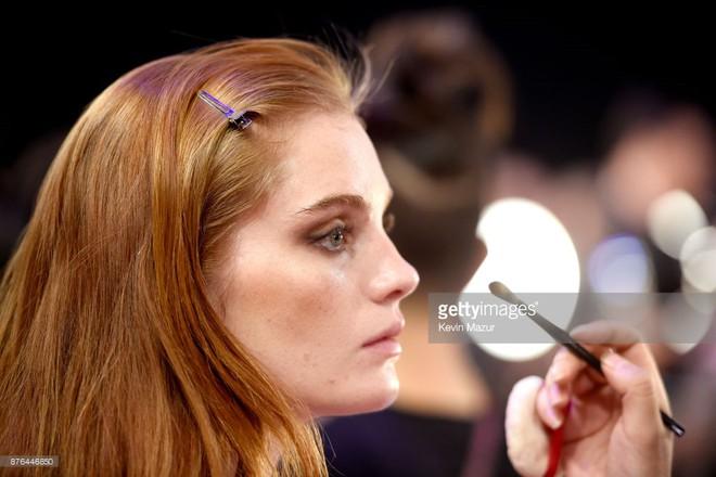 Tận tối mới diễn, nhưng giờ các thiên thần Victorias Secret đã bắt đầu trang điểm, làm tóc - Ảnh 35.