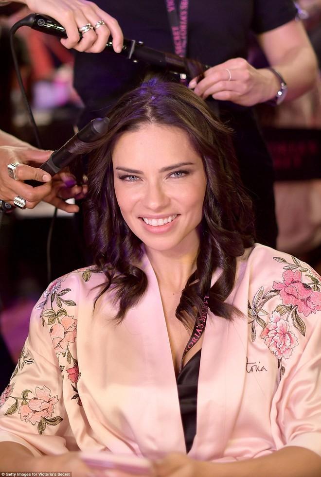 Tận tối mới diễn, nhưng giờ các thiên thần Victorias Secret đã bắt đầu trang điểm, làm tóc - Ảnh 11.