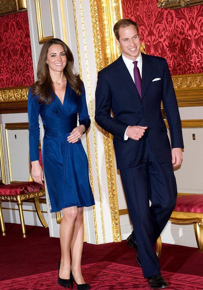 Các tín đồ mê mệt váy áo của Công nương Kate có thể dễ dàng tìm mua những thiết kế này với phiên bản mô phỏng chỉ vài trăm ngàn - Ảnh 7.
