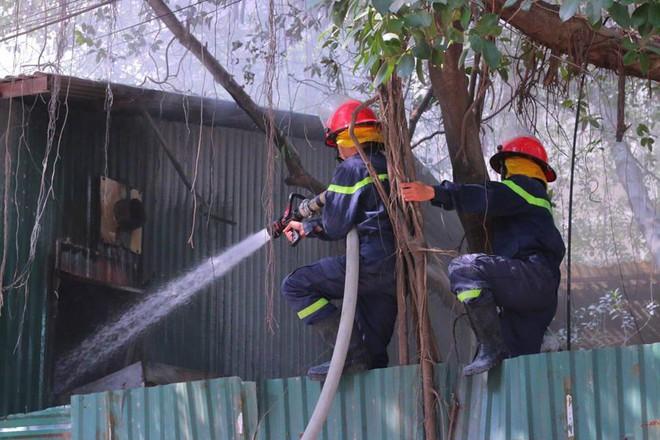 Hà Nội: Cháy lớn ở garage ô tô trên đường Ngụy Như Kon Tum, khói đen bốc lên nghi ngút, từ xa cũng nhìn thấy - Ảnh 9.