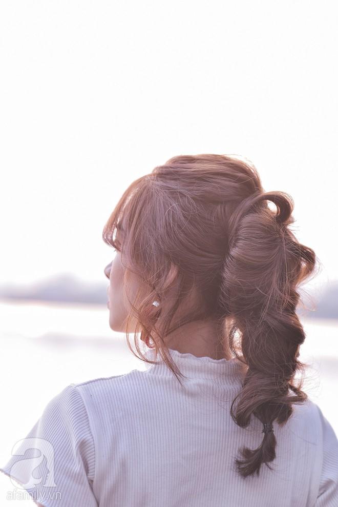 Tóc uốn xoăn cứ bồng bềnh dễ tạo kiểu như thế này, tóc thẳng dễ xẹp đọ sao được - Ảnh 5.