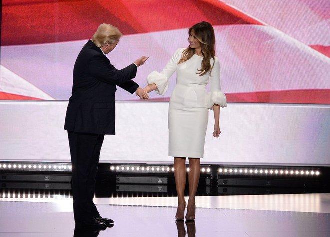 Loạt trang phục gây chú ý của bà Melania Trump: Bộ được khen nức nở, bộ lại bị chê không thương tiếc  - Ảnh 10.