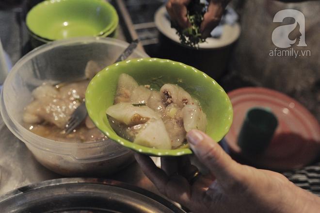 Quán bánh bột lọc 30 năm tuổi phố Ngọc Lâm, quán vỉa hè, mở hàng giờ dị mà vẫn nườm nượp khách - Ảnh 8.